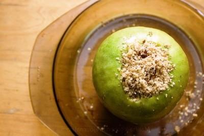 Яблука, запечені з медом та горіхами