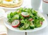 Салат весняний з капусти, огірків і редиски