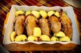 Перепілки печені з яблуками і гогодзами