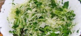 Салат з капусти з цибулею і зеленню